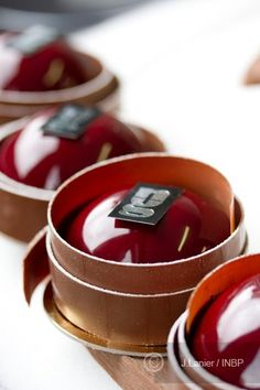 Fancy Desserts, Sweet Desserts, Guillaume Mabilleau, Individual Cakes, French Pastries, French Food, Macaron, Confectionery, Plated Desserts
