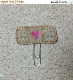 A la venta todos Bandaid mejor rosa Feltie marcador / Clip de papel de fieltro Doctor Costume, Band Aid, Felt, Costumes, Party, Pink, Ornaments, Paper Clip, Handmade Gifts