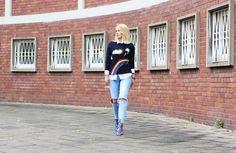 //SHOP THE LOOK// Wer wagt, gewinnt! Redakteurin Julia trägt einen auffälligen Statement-Pullover von @ericbompard mit Wetterprint und kombiniert ihn stilsicher zur hellen Bluse und blauen Schnürheels. Die ripped Jeans sorgen für einen rockigen Kontrast. Shoppt ihr Outfit nach: http://liketk.it/2p1mk //How to combine a striking statement sweater? Julia pairs hers with a simple blouse, laceup heels and cool ripped Jeans.