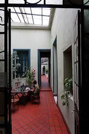 Todas las aberturas de la casa son de madera de cedro for Casas antiguas reformadas