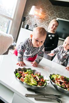 I torsdags kom syster och småtjejerna över och myste! Jag gjorde den hä smarriga salladen som jag tänkte dela med mig av. Tjejerna smått sugna på vår mat! hihi Pussgurkorna! Relaterade