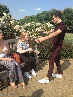 Nathan com fã (@TheWantedLoveUs) durante a entrega do convite para o #SSS na Inglaterra. (2 jul.)