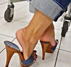Pretty Toe Nails, Pretty Toes, Feet Soles, Women's Feet, Platform High Heels, Sexy High Heels, Wooden Sandals, Sexy Sandals, Gorgeous Heels