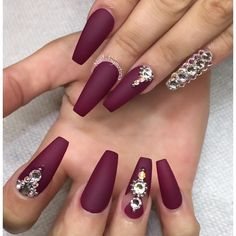 Perfect maroon nail art design for long nails The matte color of the maroon polish makes the entire design look even elegant The addition to the matte background, embellishments are also added on top for effect Bling Nails, Stiletto Nails, Fun Nails, Coffin Nails, Gold Nails, Acrylic Nails Maroon, Rhinestone Nails, Maroon Nail Designs, Nail Art Designs