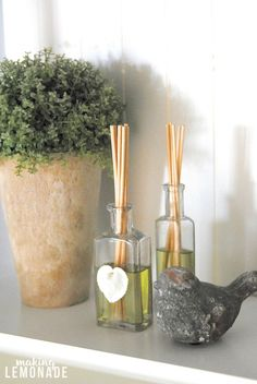 I had no idea you could DIY reed diffusers! These are SO easy to make and all-natural too-- just three ingredients! Homemade Reed Diffuser, Diffuser Diy, Room Diffuser, Diffuser Blends, Diy Design, Ant Spray, Homemade Essential Oils, Home Scents, House Smells