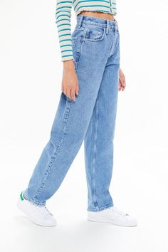 BDG High-waisted Baggy Jean - Medium Wash - Lilly is Love Outfit Jeans, White Pants Outfit, Lässigen Jeans, Casual Jeans, Jeans Style, 90s Jeans, Trendy Jeans, Mom Jeans Outfit Summer, Summer Outfits