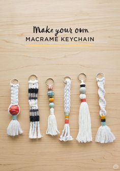 Instructions: DIY keychain with tassel and macramé - Di .- Anleitung: DIY-Schlüsselanhänger mit Quaste und Macramé – Diy Projekt Instructions: DIY keychain with tassel and macramé pendant - Pot Mason Diy, Mason Jar Crafts, Keychain Diy, Keychain Ideas, Handmade Keychains, How To Make Keychains, Tassel Keychain, Make Your Own Keychain, Diy Yarn Keychains