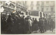 Falla con la locomotora de un tren en la plaza de la Reina, 1928