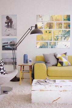 Wohnzimmer: Couch, senf, Kissen, Muster, Dreiecke, retro, Bild, Anordnung, Lampe, Leuchte, Tisch