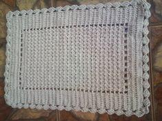 Feito em croche com pontos fechados, utilizando fio de algodão 12, ideal para vários ambientes como beira de cama. banheiros, entradas, etc