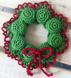 A trivet made of crocheted bottle caps I bet many of you have seen this kind of trivets at your grandparents home. They are quite quick and easy to crochet. Crochet Christmas Wreath, Crochet Wreath, Diy Crafts Crochet, Holiday Crochet, Crochet Projects, Christmas Crafts, Christmas Patterns, Crochet Coffee Cozy, Simply Knitting