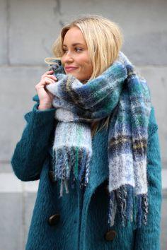 HOLZWEILER skjerf - kan kjøpes på Retro i Bergen Feminine Style, Feminine Fashion, Wool Scarf, Every Woman, Her Style, Winter Outfits, Scarves, Dressing, Knitting