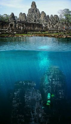 The Sunken Heads of Bayon Tempel , Angkor , Bali Indonesia .