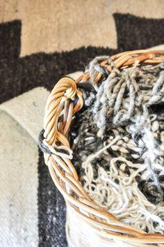 Die Wolle ist bereit für den Weber.  100% natürliche, ungefärbte Wolle wird für die Herstellung all unserer Teppiche verwendet. South Africa, Hand Weaving, Artisan, Collections, Rugs, Wool, Handarbeit, Farmhouse Rugs, Hand Knitting