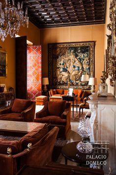 Salón de Lectura del Palacio Domecq, presidido por una chimenea del siglo XVIII de suave mármol de Carrara.