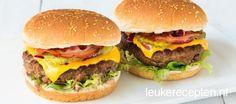 Zelfgemaakte burgers met alles wat er bij hoort zoals bacon, cheddar kaas en augurkjes Hamburger Party, Hamburger Hotdogs, American Buffet, Bbq Hamburgers, Cheeseburger Recipe, Snack Recipes, Snacks, Cheddar, Sandwich Bar
