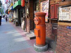 甘酒横丁にある駄菓子バー前の郵便ポスト by K.Suzuki, via Flickr