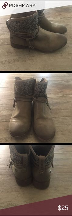 FLASH SALE💕 Roxy booties Dark taupe Roxy ankle booties 7 1/2 like new condition Roxy Shoes Ankle Boots & Booties