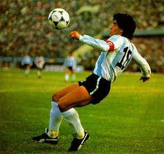 Pills Mix: Diego Maradona - Data y Fotos Argentina Football Team, Argentina Soccer, Football Images, Football Design, Football Drills, Nike Football, History Of Soccer, Mexico 86, Retro Pictures