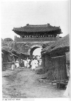황철 '돈의문 부근' 1890년대<17> 건축물·전경·역사적 순간 촬영… 기록사진의 출발점 - 충청타임즈
