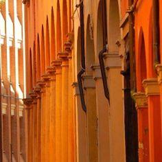 La magia dei colori dei portici di Bologna :-)  instagram, foto di @domtom37
