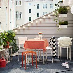 In estate un balcone, di qualsiasi dimensione, può diventare un prezioso ambiente della nostra casa. Per renderlo accogliente anche alla sera, abbondate con le illuminazioni da esterno. Ikea propone piccole luci che delimitano gli spazi, lanterne per ceri a terra e paralumi di carta che arricchiscono la zona alta