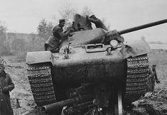 Советский танк Т-34, раздавивший немецкую гаубицу