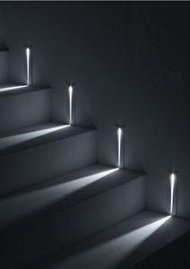 Feixes de luz iluminando os degraus da escada é uma ótima ideia para evitar…