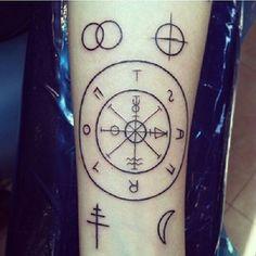 A Roda da Fortuna é muitas vezes sobre mudança, destino e sorte. | 19 tatuagens de tarô poderosas