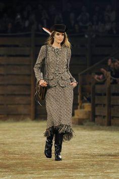 Défilé Chanel Métiers d'Art Paris-Dallas 2013-2014 Mirte Maas - EN IMAGES. Caroline de Maigret clôt le défilé Chanel à Dallas en Indienne - L'EXPRESS