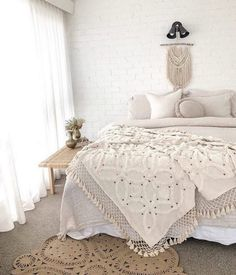 Boho chic bedroom plans may seem to be a bit challenging task as one has to plan and improvise according to the size of the room and provision of all the… Boho Chic Bedroom, Comfy Bedroom, Bedroom Decor, Bedroom Ideas, Coverlet Bedding, Boho Bedding, Bohemian Decor, Bohemian Style, Bohemian House