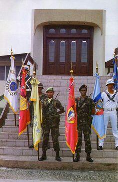 Soldados de las FFDD de Panamá con los estandartes de los deferentes componentes de la institución en las escaleras de la Comandancia en el Cuartel Central 1987