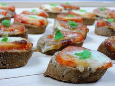 Lahodné, šťavnaté a přitom křupavé, voňavé toustíky z francouzské bagety, rajčat, olivového oleje a mozzarelly, s čerstvou bazalkou.