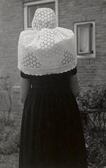Meisje uit Westkapelle in Walcherse streekdracht. Ze is gekleed in zondagse kerkdracht. ca 1950 #Zeeland #Walcheren