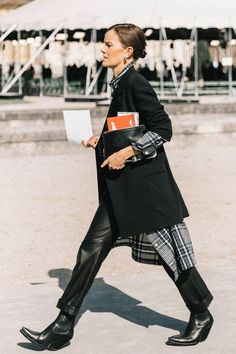 Ways to Style an Oversized Blazer Oversized blazer / street style fashion / fashion week Street Looks, Look Street Style, Look Fashion, Autumn Fashion, Womens Fashion, Fashion Trends, 20s Fashion, Cheap Fashion, Fashion Styles