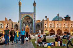Dans les décors enchanteurs de l'Ouest iranien, nos reporters sont allés à la rencontre d'un pays où le vent du changement souffle fort. En été, lorsque la lourde chaleur du jour se dissipe, les familles, à Ispahan (ci-dessus),