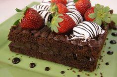 Receitas - Bolo de Chocolate com Morangos e Marshmallow - Chef Eduardo Beltrame - Petiscos.com
