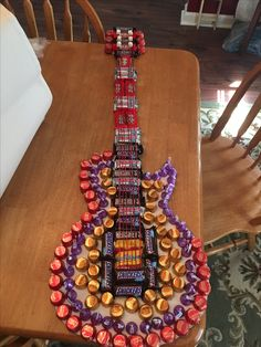 Made this candy guitar for hubby for Valentines Day 2017 Guitar Diy, Guitar Gifts, Music Gifts, Chocolate Hampers, Chocolate Gifts, Candy Bar Bouquet, Homemade Gifts For Dad, Birthday Surprise Boyfriend, Balloon Gift