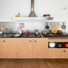 Launched at the Milan Design Week LEPIC by Jasper Morrison is a stylish kitchen. Home Kitchens, Kitchen Design, Kitchen Dining Room, Stylish Kitchen, Kitchen Trends, Kitchen Interior, Kitchen Dinning, Minimalist Kitchen, Kitchen Cupboards Paint