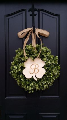 Holiday home decor doesn't have to be tacky! I love these ideas to decorate .Holiday home decor doesn't have to be tacky! I love these ideas to decorate for St. Patrick's Day. It takes the beautiful greens of the holiday, and. Diy Garland, Diy Wreath, Door Wreaths, Boxwood Wreath, Wreath Ideas, St Patrick's Day Crafts, Holiday Crafts, Holiday Fun, Diy Crafts
