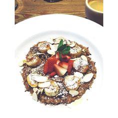 feriado   desayuno afuera Avena templada con fruta @lpqar.  #desayuno #saludable #alimentacionsaludable #equilibrio #comidasana #avenatemplada #avena #porridge #oats #breakfast #healthyfood #nodiet #eatclean #cleaneating #nutrition #nourish #wellness #fit #fitness #lifestyle #instafood #healthyfoodshare #foodblog #artedcomer by artedcomer