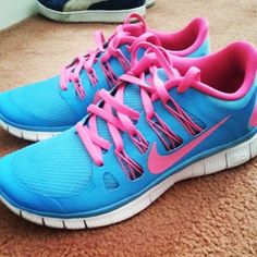 I find these type of nike shoes so attractive! Maybe not these colors but... still