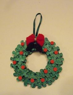 Puzzle piece wreath ornament, put picture of child in the center Paper Christmas Decorations, Holiday Centerpieces, Christmas Ornament Crafts, Christmas Projects, Kids Christmas, Holiday Crafts, Puzzle Piece Crafts, Puzzle Pieces, Autism Crafts