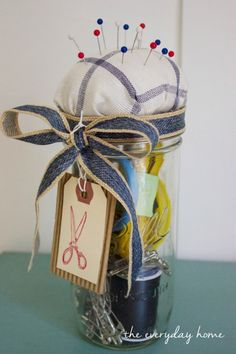 Using a bit of fabric, you can create this cute No Sew Mason Jar Pin Cushion and Sewing Kit which is just too darn cute to put away. Mason Jar Vases, Mason Jar Gifts, Mason Jar Diy, Gift Jars, Halloween Flowers, Chic Halloween, Diy Arts And Crafts, Jar Crafts, Old Nail Polish