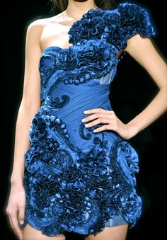 Marchesa, model, runway, haute couture, couture, fashion, high fashion, New York Fashion Week, fashion week, chiffon, tulle, ruffles, petals, floral, lace, pleats, detail, embroidery, corset, flowers, roses, Marchesa Couture, couturier, atelier, fashion designer, princess, fairy tale, prom, homecoming, Fall 2010,