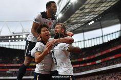 Tottenham Hotspur's English striker Harry Kane (R) celebrates scoring his team's first goal from the penalty spot, with Tottenham Hotspur's Belgian midfielder Mousa Dembele and Tottenham Hotspur's South Korean striker Son Heung-Min