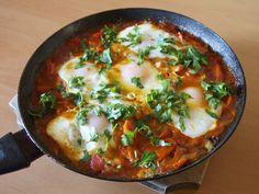 Risultati immagini per shakshuka verde Hcg Diet Recipes, Raw Vegan Recipes, Zucchini Lasagne, Homemade Tomato Sauce, Homemade Food, Romanian Food, Romanian Recipes, Gordon Ramsey, Thing 1