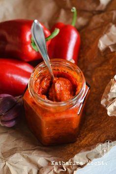 """Ajvar Mildes Ajvar genug für 3 Gläser à 200ml 1 kg rote Paprika - """"normale"""" Gemüsepaprika geht ebenso wie Spitzpaprika, allerdings hat Spitzpaprika eine härtere Schale und muss gut püriert werden. Aber dafür sind sie etwas aromatischer. 1 mittelgroße Aubergine 3-4 Knoblauchzehen 2-3 Chilischote (mehr, wenn ihr es lieber schärfer wollt) ca. 120ml Olivenöl ca. 60ml Apfelessig (4-5 EL) ca. 60ml Wasser 1 TL Salz Pfeffer ggf. etwas scharfe"""