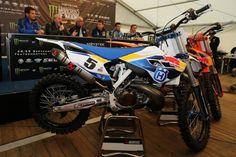 """Husqvarna TC300 Factory Racing, prima moto KTM La Husqvarna TC 300 è la prima enduro dell'era KTM: è una due tempi """"pronto gara"""" che anticipa la nuova gamma offroad 2014 che sarà presentata tra qualche giorno - See more at: http://www.insella.it/news/husqvarna-news-tc300-factory-racing-prima-moto-ktm#sthash.O4i2jpX5.dpuf"""