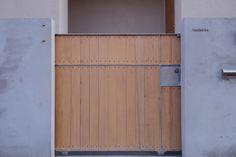 既存のコンクリートブロック塀を手直してモルタル仕上げとし、同時にスチール製の門扉を製作しました。仕上げにヒバの羽目板を貼っています。 専門家:が手掛けた、門扉(戸手本町の家 ー リノベーション)の詳細ページ。新築戸建、リフォーム、リノベーションの事例多数、SUVACO(スバコ) Outdoor Life, Outdoor Decor, Tall Cabinet Storage, Gate, Garage Doors, Exterior, Projects, Room, House